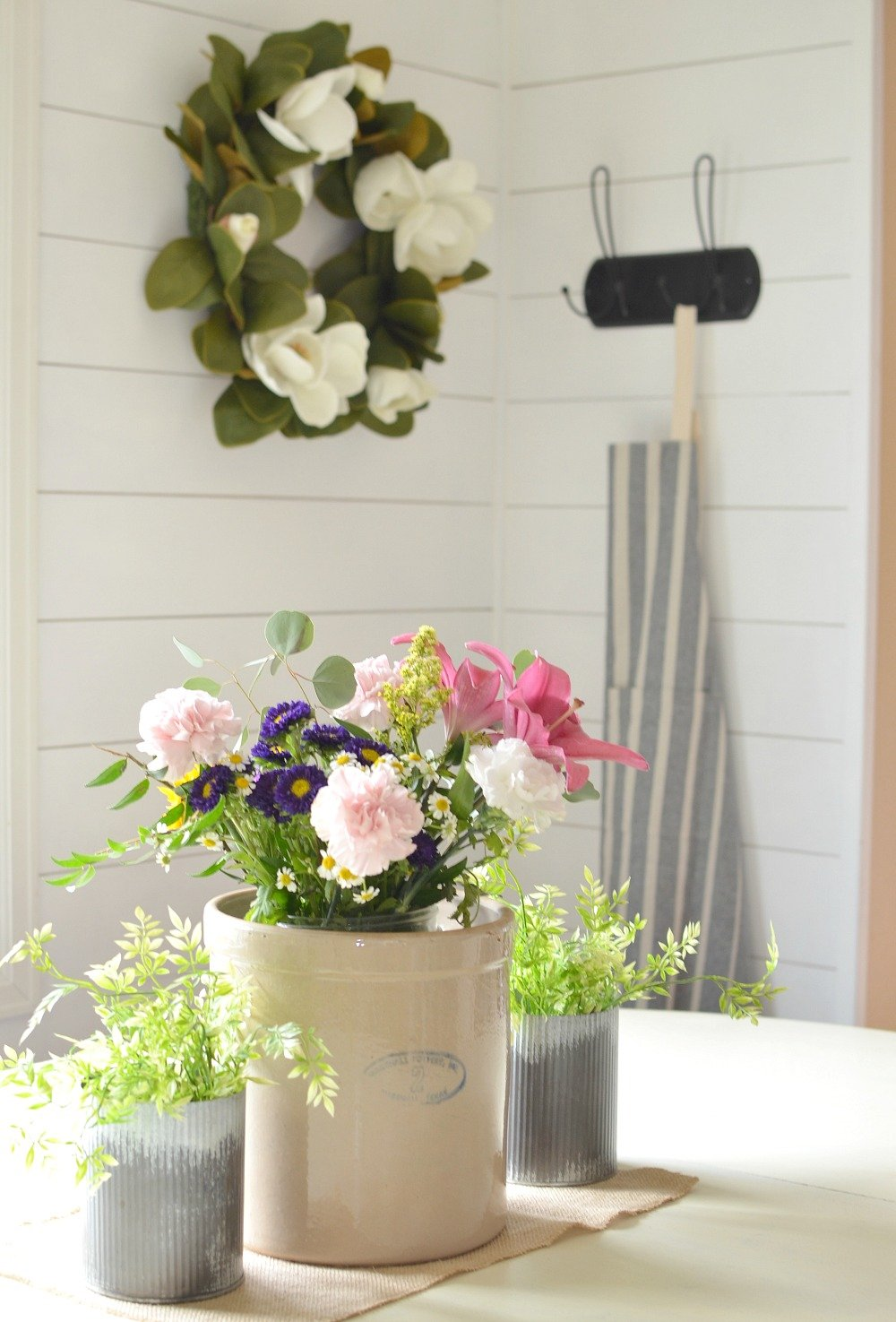 How to Get Farmhouse Style In Your Home. Simple ideas to create a cozy farmhouse feel.