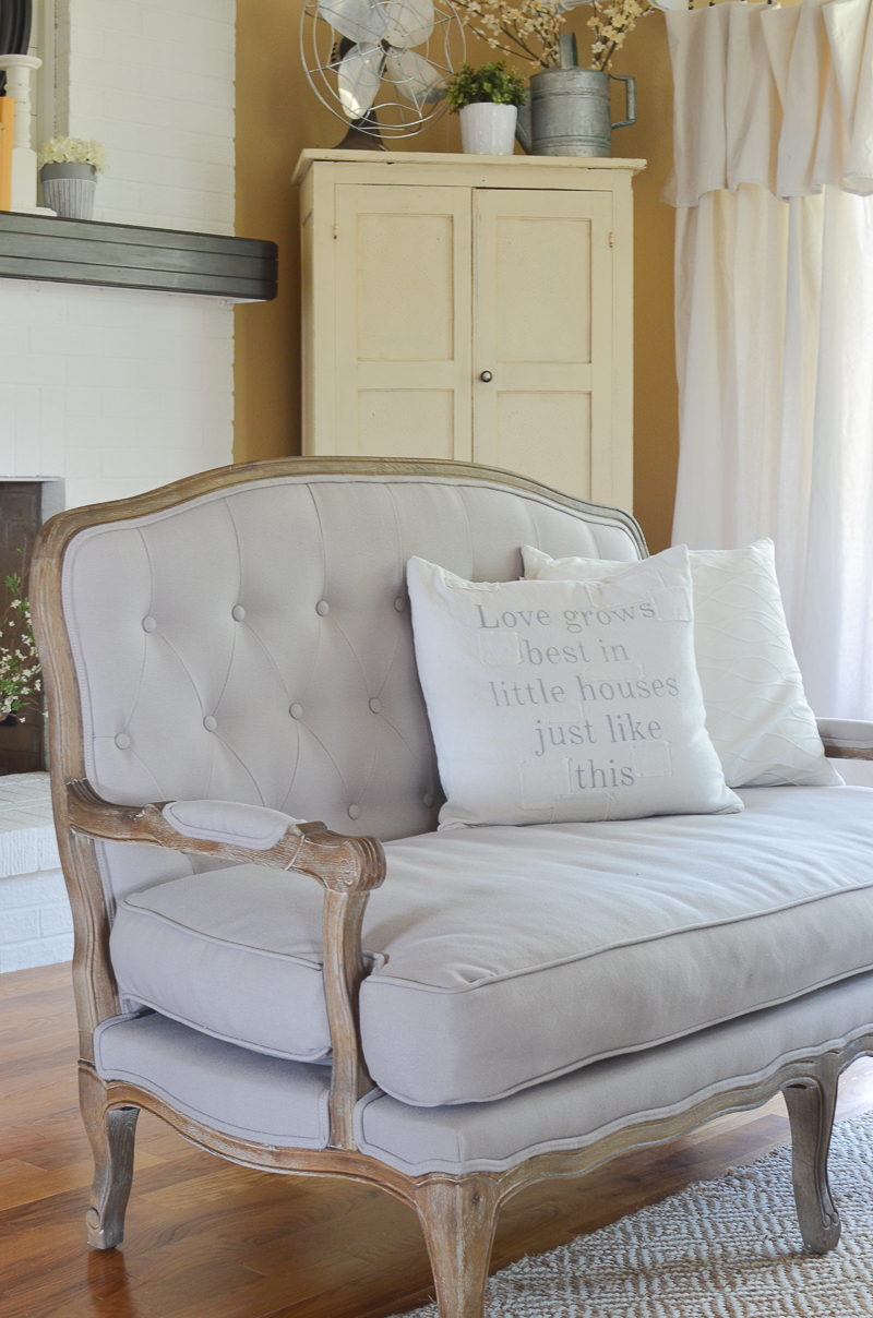 Farmhouse Style Front Room Makeover. Farmhouse style settee.