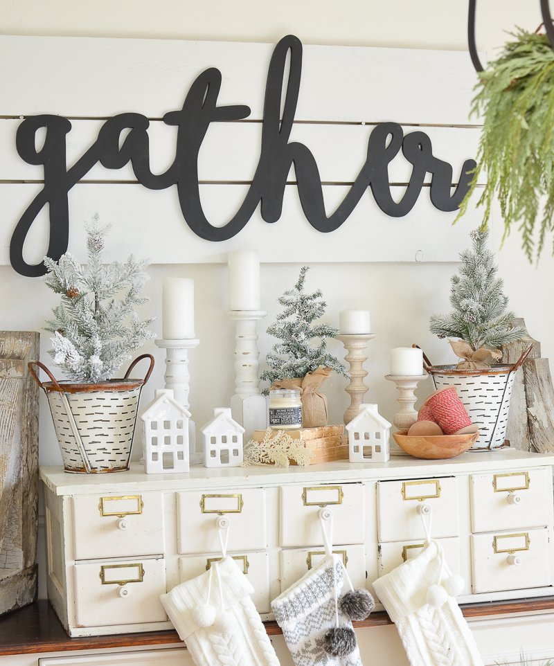 Farmhouse style Christmas decor. Cozy and natural holiday decor ideas!