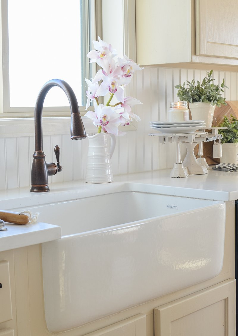 Simple Farmhouse Style Spring Decor in the Kitchen