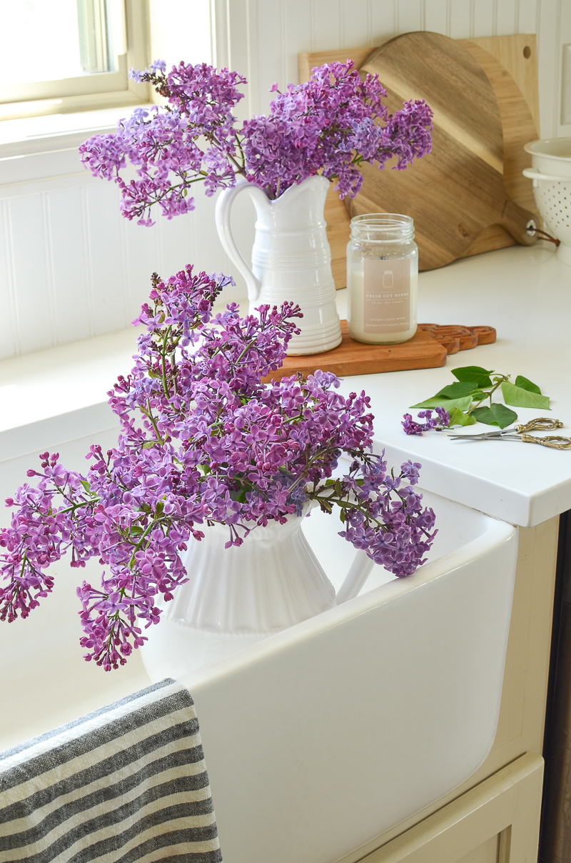 Farmhouse style spring and summer decor! Beautiful flowers in a farmhouse sink