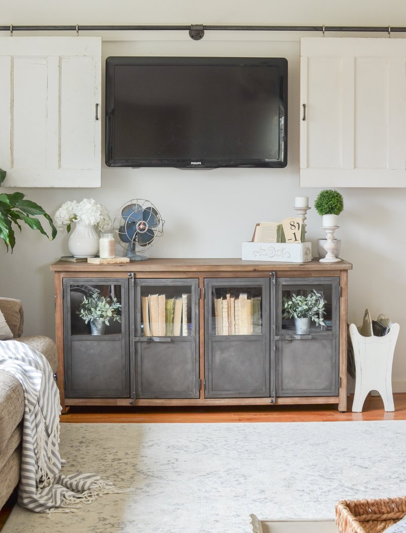 Farmhouse style living room decor. Easy idea to decorate around the TV!