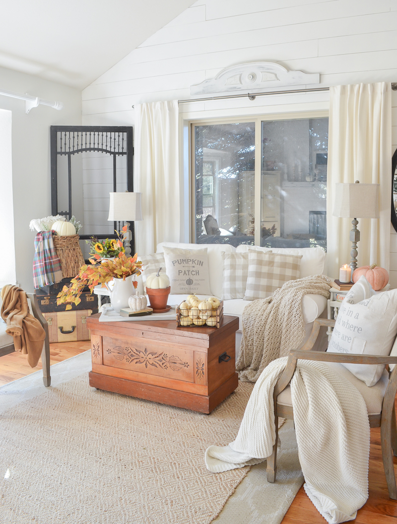 Cozy fall decor in the front room. Simple and easy fall decor ideas for any room in your home! #falldecor #falldecorating