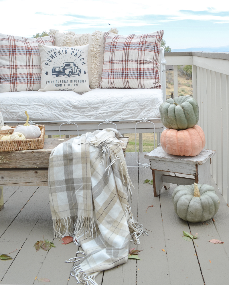 Cozy Fall Decor on the Patio. Simple outdoor fall decor idea! #falldecor