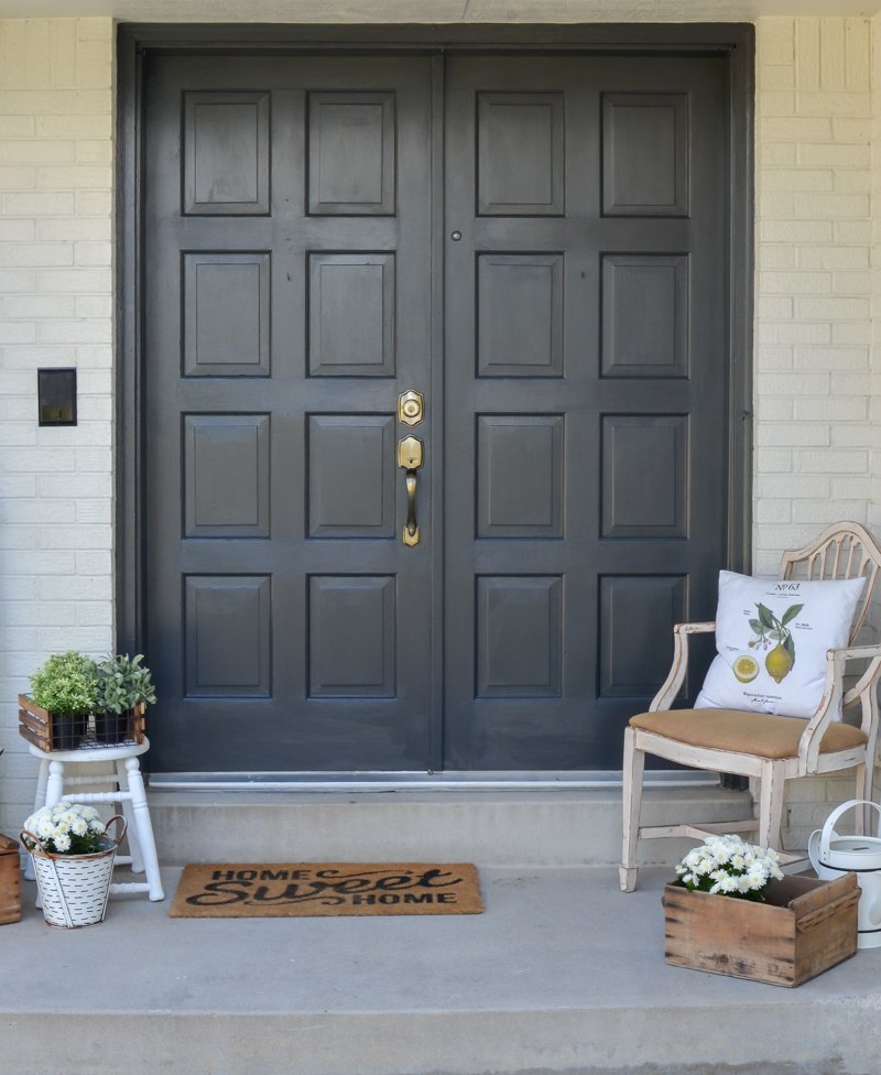 Easy front door makeover with black paint. Painted exterior door transformation using black paint. #frontporch #painteddoors #littlevintagenest