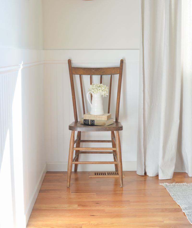 Farmhouse style wooden chair. A simple vintage chair and old books. #vintagedecor
