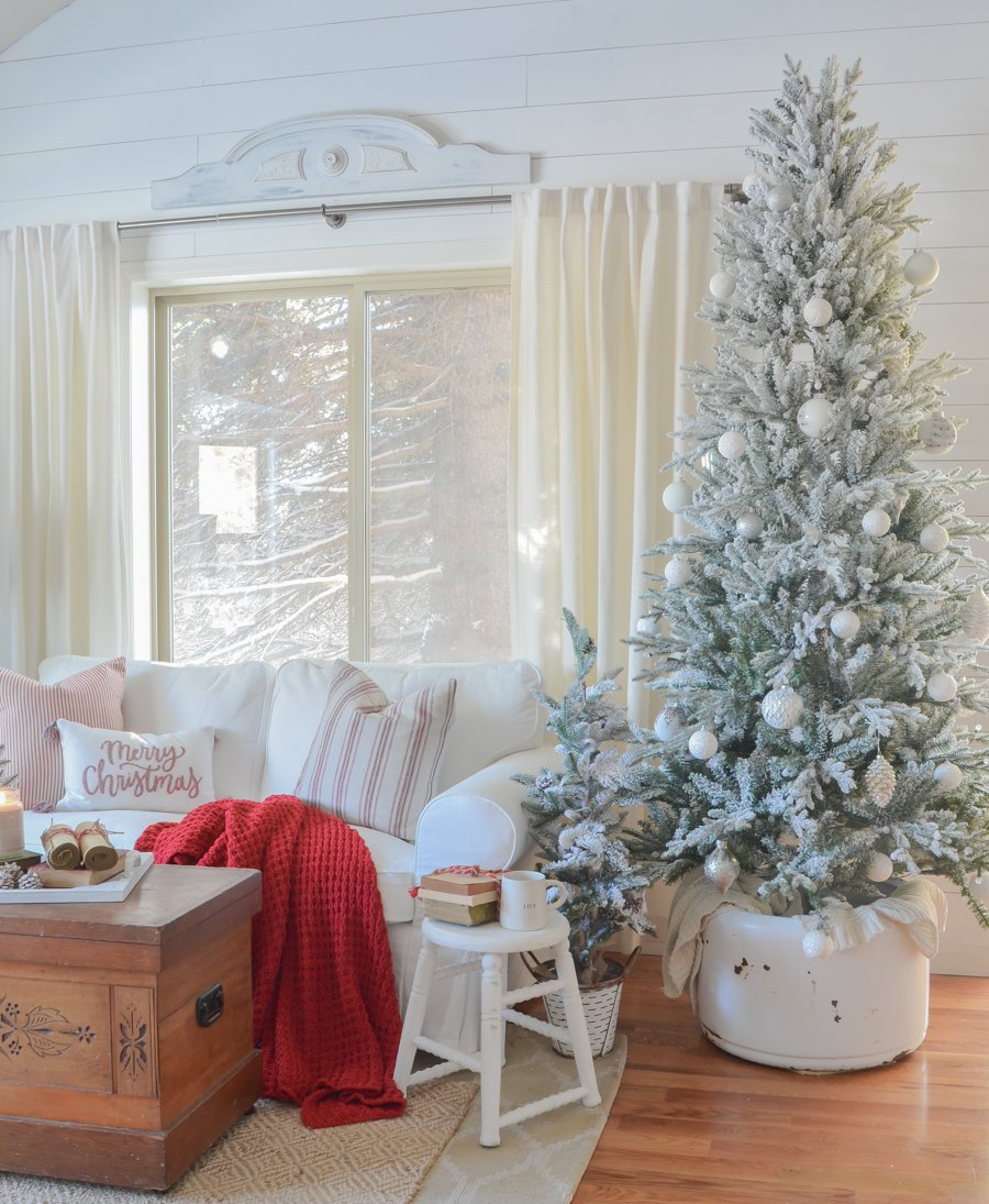 Cozy Christmas tree decor. Christmas decor in the front room. Living room Christmas decor ideas.
