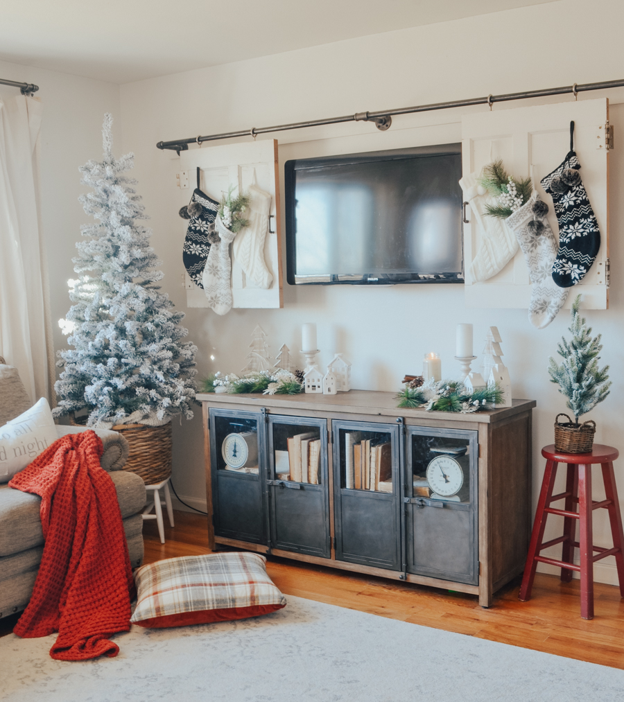 Cozy Farmhouse style Christmas decor in the living room. #christmasdecor