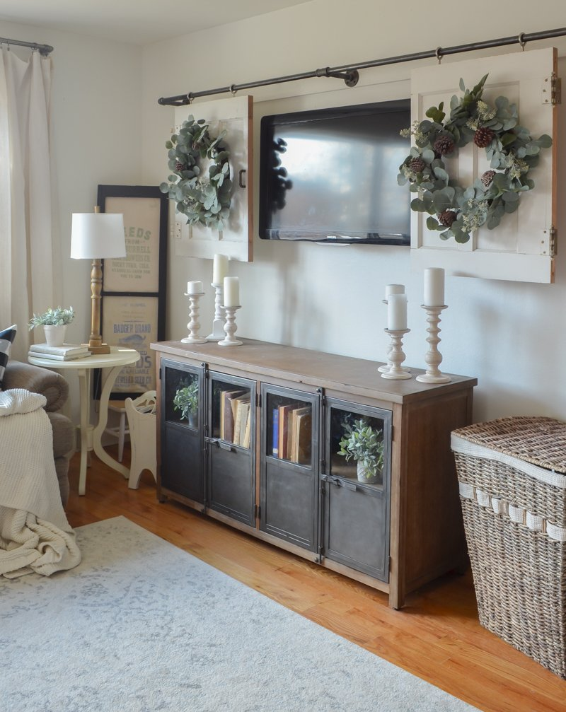 Living room decor ideas. Perfect wreath for the holidays and winter.