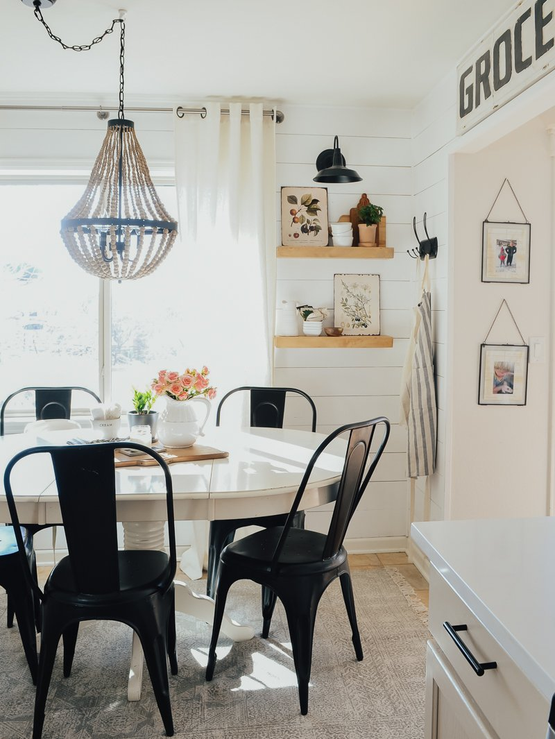 Spring Decor in the Breakfast Nook. Easy and beautiful spring decor ideas!