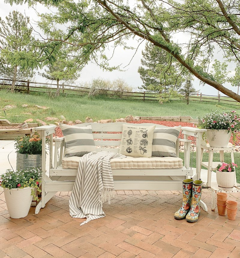 Outdoor swing makeover with chalk paint. Easy and fast summer decor project.