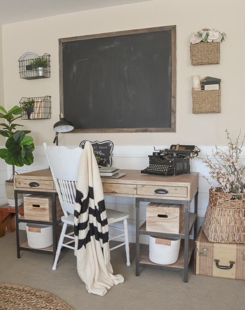 Farmhouse Style Home Office. Small office decor ideas.