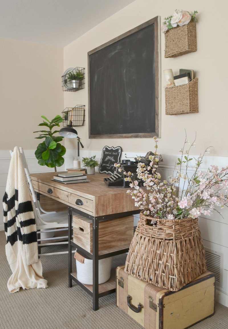 Farmhouse Style Home Office. Small office decor ideas.