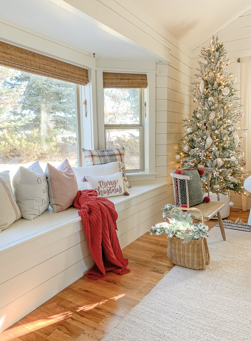 Cozy Family Room for Christmas. Simple and easy Christmas decor ideas for the living room.