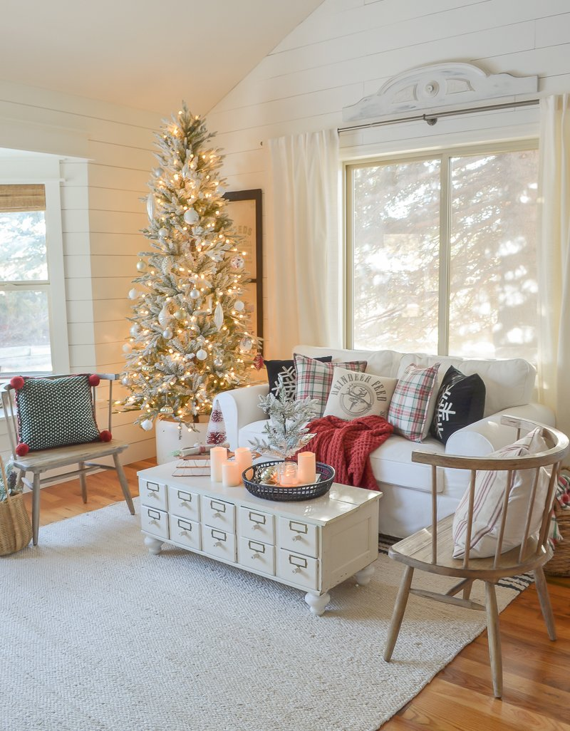 Cozy Family Room for Christmas. Cozy and simple Christmas decor ideas!