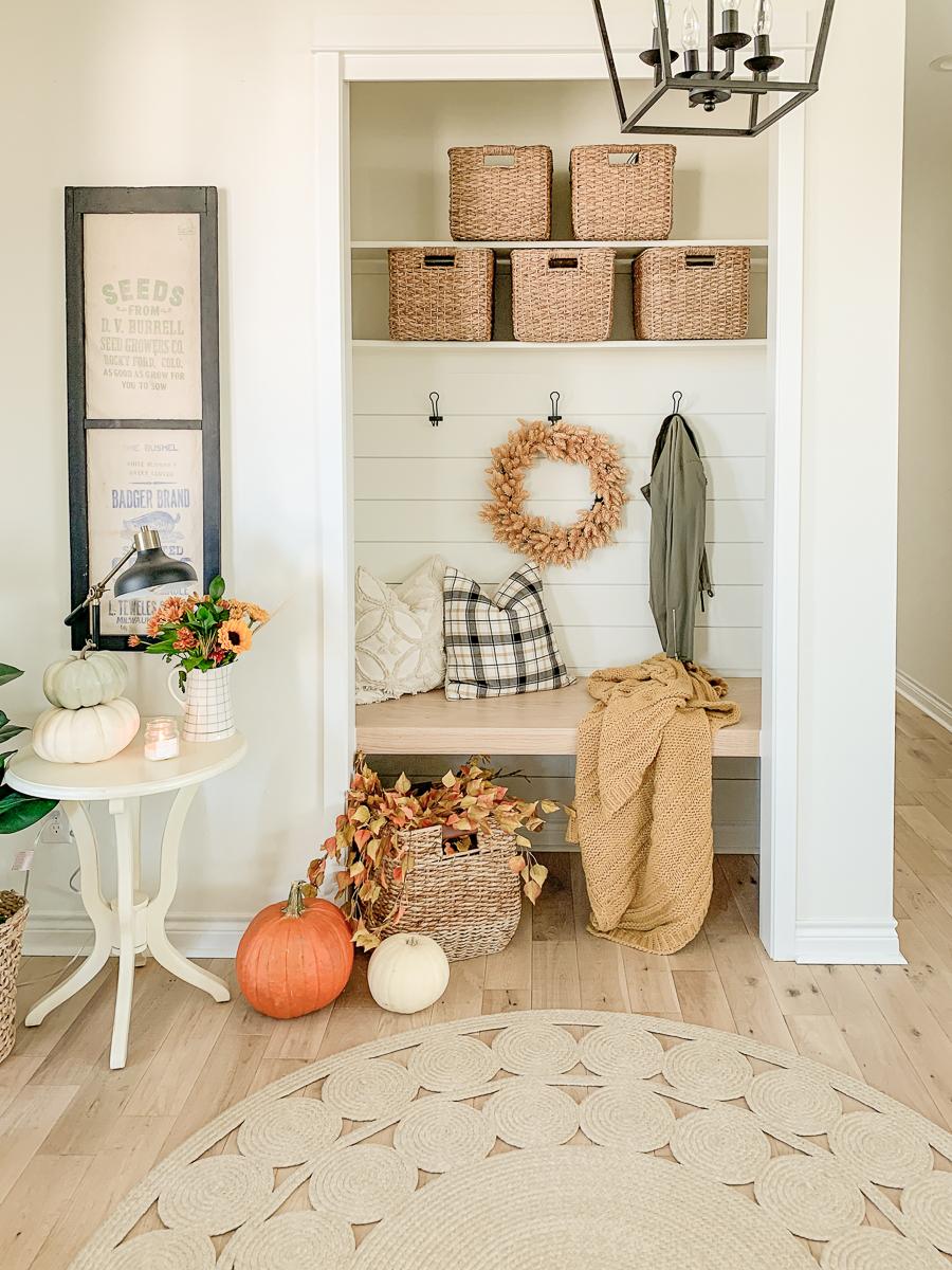 Simple and cozy fall entryway decor ideas.